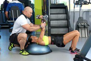 3 zalety robienia ćwiczeń z trenerem na siłowni lub w domu